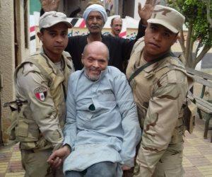 الجيش يحمل الشعب.. مسن في الشرقية: «جاي علشان بحب الرئيس» (صور)