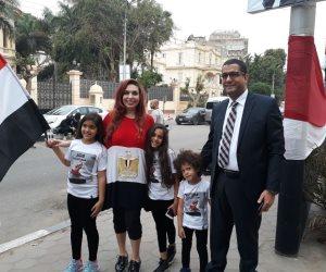 في اليوم الأخير للانتخابات الرئاسية.. أم وأطفالها بعلم مصر  أمام لجان مصر الجديدة
