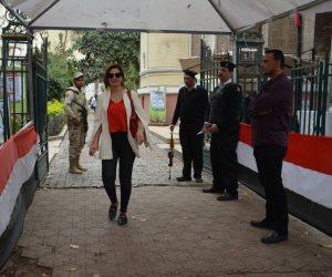 هنا شيحة تدلي بصوتها في ثالت أيام انتخابات الرئاسة بلجنة «فنون جميلة» (صور)