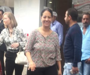 نائب السفير الأمريكي بالقاهرة تغادر لجنة بحلوان بعد صدمتها من الطوابير والزحام (صور)