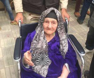 مسنة تبلغ من العمر 100 عام تدلي بصوتها في الأميرية (صور)