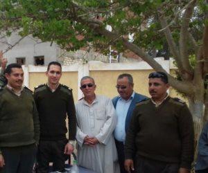 الجيش والعشب أيد واحدة.. مواطن يرتدي جلبابا عسكريا بعد الإدلاء بصوته (صور)