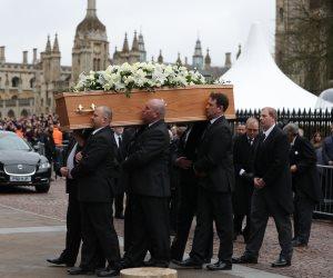 «ورحل عبقري الفيزياء».. تشييع جنازة العالم ستيفن هوكينج في «كامبريدج»