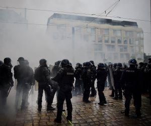 دفاعا عن المهاجرين.. اشتباكات عنيفة بين الشرطة الفرنسية ومحتجين (صور)