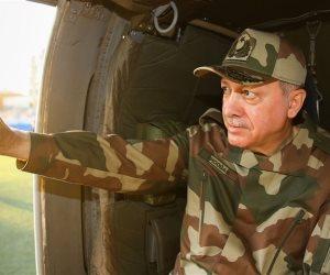 بعد تشليحهم.. أردوغان يتمسح في زي جنود تركيا