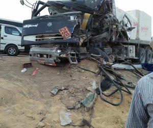 مصرع 5 وإصابة 9 أشخاص في حادث تصادم سيارة نقل بأتوبيس على طريق القطامية (صور)