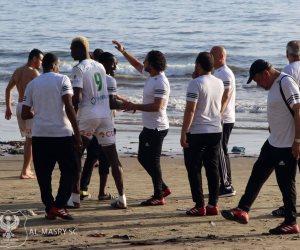 على شاطئ المحيط الأطلنطي..لاعبو المصري يمارسون السباحة والاستشفاء (صور)