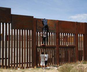 رغم إنفاق ملايين الدولارات.. مهاجرون يجتازون الجدار الحدودي بين أمريكا والمكسيك (صور)