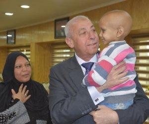 محافظ أسوان يتحمل تكاليف علاج طفلة بمستشفى 57357 (صور)
