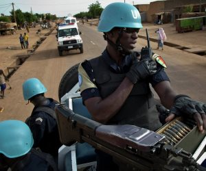إرهابيون يفجرون سيارتين ويهاجمون قاعدتين بـ«مالي» بعد تنكرهم في زى جنود حفظ السلام