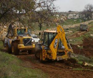 جرافات الاحتلال الإسرائيلي تجرف أراضي في خان يونس