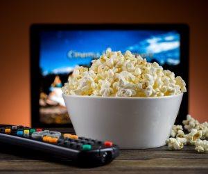 «من نمط الحياة غير مستقر إلى مشاكل في الرؤية».. سلبيات ناول الطعام أمام التلفزيون