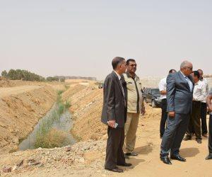 محافظ الوادي الجديد يتفقد طريق 25 يناير ومشروع تغطية مصرف البستان