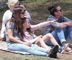 جينيفر جارنر وابنتها سيرافينا تشجعان صاموئيل في لعبة البيسبول (صور)