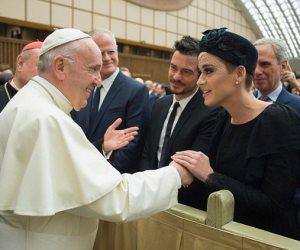 شاهد.. أناقة كاتي بيري برفقة صديقها أورلاندو بلوم في لقاء مع البابا فرانسيس (صور وفيديو)