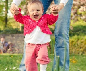 علمي طفلك خطوات المشي الأولى بطرق سهلة