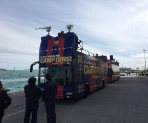 حافلة برشلونة المكشوفة تصل مركز التجارة العالمى للاحتفال بالثنائية (فيديو وصور)