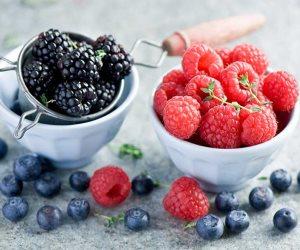 «اللوز والتوت».. أطعمة تخفض نسبة الكولسترول في جسمك
