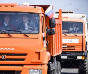 بوتين يقود شاحنة لعبور أكبر جسر فى أوروبا يربط القرم بجنوب روسيا (فيديو)