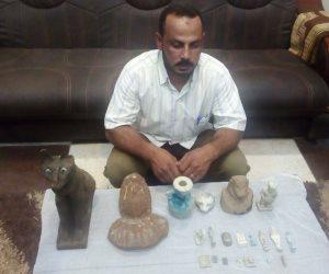 ضبط 21 قطعة أثرية بحوزة صاحب موبيليا بالمنيا (صور)