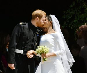 أول «قبلة» بين ميجان ماركل والأمير هارى بعد الزواج
