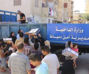 مديرية أمن دمياط توزع كرتونة رمضان على المواطنين