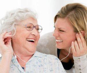 «أجهزة السمع».. تقلل من مخاطر الإصابة بالخرف والاكتئاب