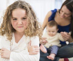 5 تصرفات تشعل نار الغيرة بين أبناءك.. وتدفعهم للسلوك العداوني