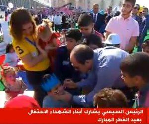 العيد فرحة.. السيسي يرسم أعلام مصر على وجوه أطفال الشهداء (بث مباشر)