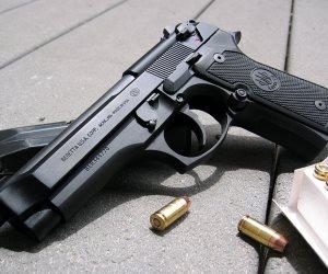 مارك يعالج جرائمه بسد ثغرات الموقع.. إعلانات الأسلحة عبر فيسبوك (+18) فقط