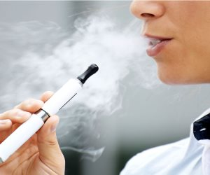 سوق التدخين في الخليج يمنى بخسائر كبيرة.. وتحذيرات من تأثيره على المراهقين