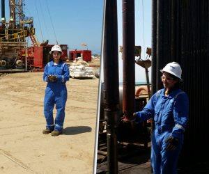 """ليس للرجال فقط.. حدوتة """"الأيدي الناعمة"""" على بريمة البترول في صحراء مصر (صور)"""