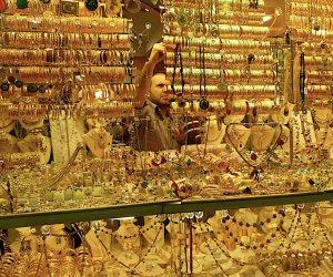 أسعار الذهب تتراجع 6 جنيهات وعيار 21 يسجل 807 جنيهات للجرام