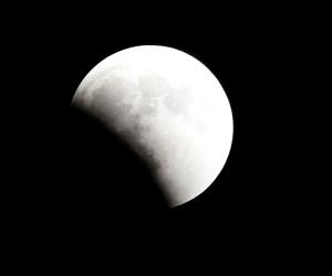 لا يفوتكم.. ترقبوا خسوف القمر اليوم يستغرق قرابة 3 ساعات ويراه المصريون بالتليسكوب