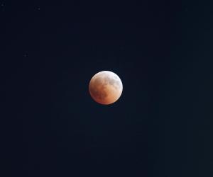 «قمر 14» يسبب الأرق.. علاقة الدورة القمرية بصحة الإنسان