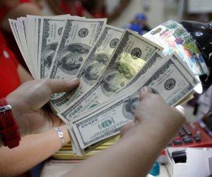 وفرة كبيرة للدولار.. إشادة بالبرنامج الحكومي لدعم الاقتصاد