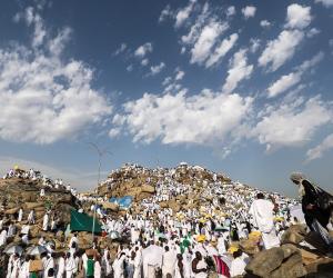 من مشعر منى إلى مكة.. الحجاج يطوفون بالبيت العتيق ويسعون بين الصفا والمروة (صور)