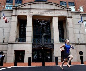 «سبرينت من أجل النشر».. صحفية أمريكية تركض خارج محكمة لتسبق زملاءها