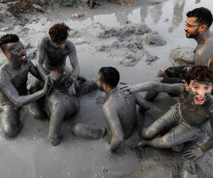 دهن الأجسام بالطين.. الفلسطينيون يحتفلون بعيد الأضحى على طريقتهم الخاصة (صور)