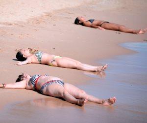 الغردقة تتحدى الشائعات.. السياح يحتلون شواطئ المدينة (صور)