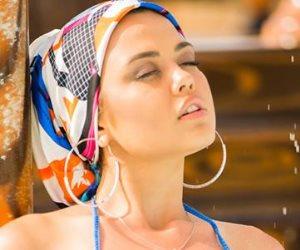 ملكة جمال بشكيريا بالإيشارب والبكيني في مرسى علم (صور)