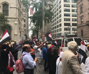 """""""بشرة خير"""" تلهب حماس المصريين بنيويورك أمام مقر إقامة الرئيس السيسي (صور)"""