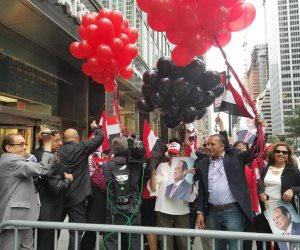 شاهد تحية السيسي للجالية المصرية من أمام مقر إقامته في نيويورك