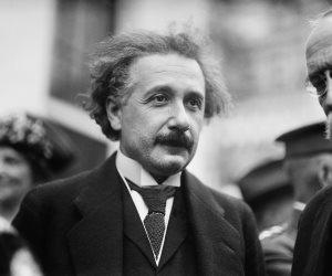 كيف كان يعيش عالم الفيزياء الشهير أينشتاين؟.. 10 صورة نادرة ترصد حياة العبقري