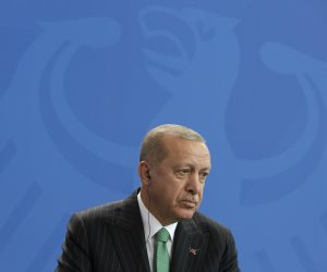 لا عهد له.. هكذا اخترق المجرم أردوغان الهدنة بشمال سوريا (فيديو)