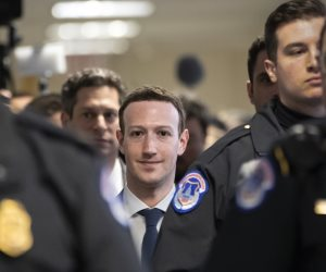 """""""وأوشك سقوطه من أعلى القلعة"""".. هل تنتصر رؤوس الأموال على مارك زوكربيرج وتطرده من فيس بوك؟"""