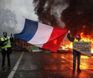 فرض حالة الطوارئ قد يكون الحل.. «السترات الصفراء» تنشر الفوضى في باريس