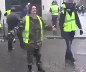 شرطية فرنسية لـ«السترات الصفراء»: «لا تخربوا باريس مثلما خرب العرب أوطانهم!» (فيديو)