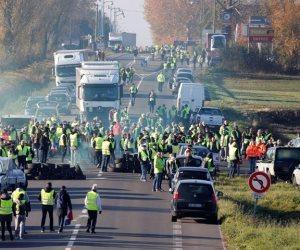 «السترات الصفراء» تؤرق مضاجع ماكرون.. ماذا قالت الصحف الفرنسية عن فوضى باريس؟