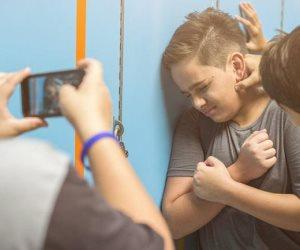 قد يصيب طفلك بالاكتئاب.. «التنمر الإلكتروني» كارثة تستهدف الأطفال